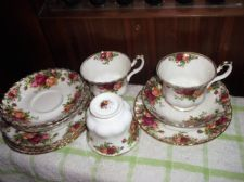 ELEGANT GILDED ROYAL ALBERT CHINA OLD COUNTRY ROSES 3 X TRIOS + SAUCER & PLATE